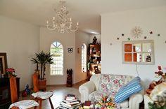 Sala de estar com piso em porcelanato, bem ilumina