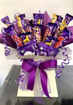 Snickers Chocolate, Galaxy Chocolate, Chocolate Gifts, Diy Bouquet, Candy Bouquet, Food Bouquet, Valentine's Day Gift Baskets, Chocolate Hampers, Decorative Bows