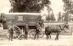 1892 in Australien: Heilsarmee-Kadetten (Personen, die sich in der Ausbildung zum hauptamtlichen Heilsarmee-Geistlichen/Mitarbeiter befinden) lebten, schliefen und kochten zu der Zeit für mehrere Wochen am Stück in solchen Pferdekutschen, während sie entlegene Gebiete besuchten.