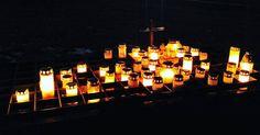 Pyhäinpäivänä on hyvä hetki muistella edesmenneitä ihmisiä. Tunnen syvää kiitollisuutta ja haikeutta.    Poika aprikoi, että olisiko hautausmaalla jotain pelottavaa. Peleissähän hautausmaat ovat zombien koteja ja kaiken pelottavuuden lähde. Ei huolta, mummi suojelee edelleenkin kaikelta pelottavalta, myös haudan takaa.    #pyhäinpäivä #hautausmaa #hautakynttilä #kiitollinen #haikea #muistoja #mummi #kynttilä #marraskuu #suomi #timokiviluoma