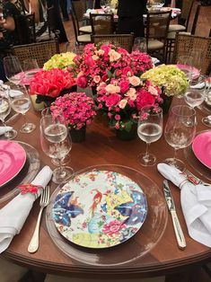 Detalhe da mesa do jantar de casamento de Marina Ruy Barbosa. Louças pintadas com temática florida e muitas flores embelezam as mesas do casamento