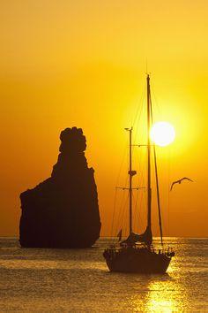 Ibiza, Spain - Dondequiera que veas una empresa exitosa, alguien tomo una vez una decisión con determinación, valentía y mantiene su norte con perseverancia