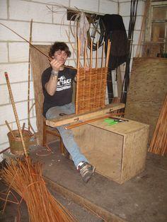making a lid for hamper Pinecone Crafts Kids, Pine Cone Crafts, Crafts For Kids, Willow Weaving, Basket Weaving, Rattan, Appropriate Technology, Hamper, Lanterns