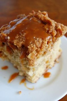 """Recipe for """"Banana Fosters Crumb Cake"""" who doesnt love a dessert you can set on fire. 13 Desserts, Delicious Desserts, Yummy Food, Banana Recipes, Cake Recipes, Dessert Recipes, Dinner Recipes, Banana Split, Cupcakes"""