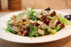 Kuchnia w wersji light: Sałatka z komosy ryżowej, ciecierzycy i tofu
