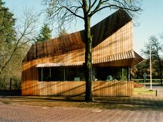 Arnhem lodge is one of three porters lodges located at the entrances to the Hoge Veluwe National Park . The shape of the archetypal lodge - the . Shops, Wood Structure, Rooftop Bar, Architect Design, Rotterdam, Lodges, Pavilion, Pop Up, Netherlands