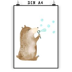 Poster DIN A4 Bär Seifenblassen aus Papier 160 Gramm  weiß - Das Original von Mr. & Mrs. Panda.  Jedes wunderschöne Poster aus dem Hause Mr. & Mrs. Panda ist mit Liebe handgezeichnet und entworfen. Wir liefern es sicher und schnell im Format DIN A4 zu dir nach Hause.    Über unser Motiv Bär Seifenblassen  Warum Trübsal blasen, wenn man doch auch Seifenblasen kann?!    Verwendete Materialien  Es handelt sich um sehr hochwertiges und edles Papier in der Stärke 160 Gramm    Über Mr. & Mrs…