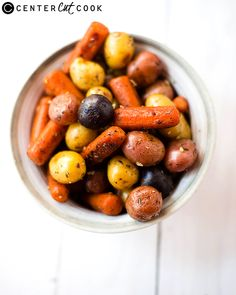 Garlic Roasted Potatoes and Carrots- so easy and delicious! Just pop them in the oven and roast. Roasted Potatoes And Carrots, Potatoes In Oven, Little Potatoes, Carrot Recipes, Vegetable Recipes, Veggie Food, Potato Recipes, Carrots In Oven, Salad With Sweet Potato