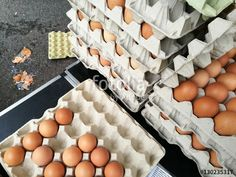 Pappkartons mit weißen und braunen Hühnereiern auf dem Wochenmarkt in Detmold im Kreis Lippe in Ostwestfalen