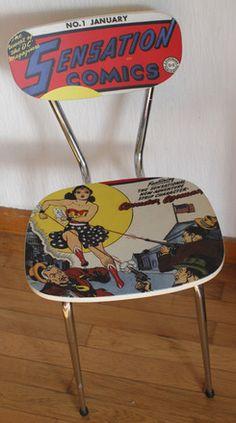 Pour amateurs de comics... le premier numéro de Wonder Woman ! Cette chaise en formica a été restaurée au moyen d'un vinyle plastifié mat, donnant une seconde vie à la chais - 13793517