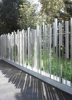 In the context of the extension of their facilities, the World Trade Organization WTO in Geneva is planning a security perimeter around their entire site. Fence Gate Design, Fence Art, Diy Fence, Fence Landscaping, Compound Wall Design, Gates And Railings, Boundary Walls, Metal Gates, Natural Fence