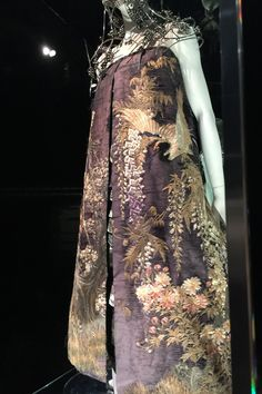 """""""LONDON is where I was brought up. It's where my heart is and where I get my inspiration."""" The words of Lee McQueen greet us as we enter the Savage Beauty exhibition, as its doors finally open at the Victoria & Albert Musuem today. Cl Fashion, Fashion Details, Autumn Fashion, Alex Mcqueen, Beauty Exhibition, Alexander Mcqueen Savage Beauty, Shooting Photo, Alexander The Great, Couture Details"""