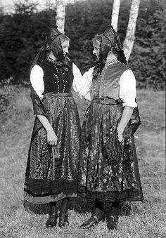 Mädchen aus Titisee (Viertäler) mit der typischen Hochschwarzwälder Backenhaube #Hochschwarzwald