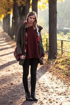 autumn outfit: burgundy sweater, colorful fake fur parka, chloe faye bag, chloe susanna booties boots, black jeans - outfit, blogger, hamburg, streetstyle