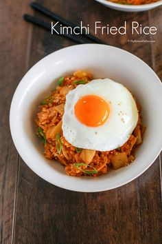 Kimchi Fried Rice by mykoreankitchen: Made with bacon and enoki mushrooms. It's topped with sunny side up fried egg, sesame seeds, and green onion Side Dish Recipes, Rice Recipes, Asian Recipes, Dinner Recipes, Cooking Recipes, Korean Dishes, Korean Food, Jai Faim, Korean Kitchen