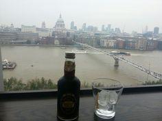 Tomar una bebida disfrutando de las mejores vistas de londres desde la tate gallery...no tiene precio