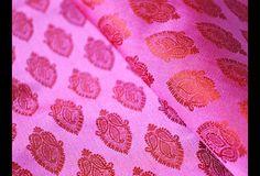 Dies ist eine schöne reine benarse Seidenbrokat floralen Design-Gewebe in dunkle rosa und orange. Das Gewebe zu veranschaulichen kleinen gewebten verlässt Motive.  Sie können diesen Stoff zu...