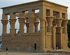 Pavilhão de Trajano. Templo de Ísis.