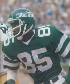 WR Wesley Walker of the New York Jets. Walker had over 8300 yards receiving and 71 touchdowns in his 13 year NFL career. Football Memes, School Football, Football Stuff, New York Jets Football, Helmet Logo, Nfl History, Tight End, Wide Receiver, Sports