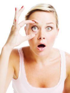Vergiss alle anderen Tipps für verquollene Augen, Augenringe oder Krähenfüße. Wir haben drei essentielle Tricks, die besser sind als jede Creme. So radierst du dir 10 Jahre aus deinem Gesicht.
