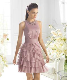 Vestido corto en color rosa con detalles de volantes al frente para damas de boda