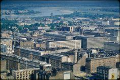 Uniwersytet Cornella w USA opublikował w Internecie ponad 1300 archiwalnych zdjęć autorstwa profesora Johna Repsa, który był urbanistą i historykiem architektury. Wśród kolekcji znajdziecie kilkadziesiąt kadrów głównie z Warszawy, ale też Katowic i Tychów. Nostalgiczne fotografie czekały na udostępnienie szerszej publiczności ponad pół wieku.