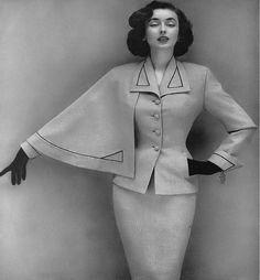 Dorian Leigh, photo by Richard Avedon, Harper's Bazaar, September 1952 Suit Fashion, Retro Fashion, Vintage Fashion, Ladies Fashion, Womens Fashion, Dorian Leigh, Dior Forever, Hands On Hips, Black Tree