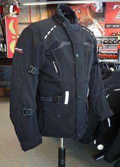db70bc7f25a39c Diese Jacke ist mit einer weichen Softshell Oberfläche versehen. Durch die  Reflektoren, Protektoren und