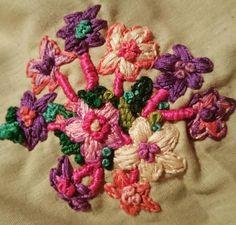 Bordado de ramillete de flores. Embroidery of bouquet of flowers. www.instagram.com/barbiegirl_travels_arts