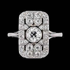 An Art Deco diamond ring, tot. app. 3.25 cts.  Platinum, center stone app. 1.25 cts.