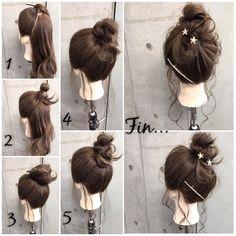 簡単で可愛い?自分でできるヘアアレンジ✨ 浴衣に似合う夏ヘアアレンジ? ・ *超簡単*ノットお団子ヘアで作る夏style ・ ・ ■画像をスライドしてそれぞれの工程を見やすくしました☆ ゴム2本ピン1本 1.両サイドととバックの3つに分けます。 2.両サイドを頭の高い位置で毛先を折り返して結びます。 3.バックの毛束を2の結び目の下で1つに結びます 4.バックの残りの毛束を2つに分け、2の結び目にそれぞれ巻きつけます。 5.余った毛先をさらにゴムで1つに結びます。 Fin.おくれ毛を巻いてヘアアクセをつけて、適度にほぐしたら完成? ・ *アレンジリクエストお待ちしてます* ・ 吉祥寺 LinobyU-REALM リノバイユーレルム ?0422272131 東海林翔太  ★ご予約はDMからも気軽にお待ちしてます★…