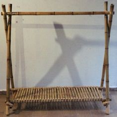 Feita com Bambu Cana da Índia Relacionado                                                                                                                                                                                 Mais Bamboo Furniture, Diy Furniture, Rattan, Bamboo Room Divider, Bamboo Crafts, Bamboo Design, Recycling, Display, Rustic