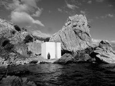not vital / not ona, la casa del artista en santuario de la catedral de mármol del lago general carrera, puerto sánchez en la región de aysén