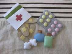Felt First-Aid Kit Oh no Did your tot s teddy take a tumble Your kiddo will be ready to jump into action and make teddy feel all better with this Felt First-Aid Kit 12 The felt set includes band-aids tablets medicine bottles and cute little cotton balls Diy For Kids, Crafts For Kids, Craft Projects, Sewing Projects, Craft Ideas, Felt Play Food, Homemade Toys, Sewing Toys, Felt Diy
