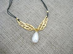 Gold wing necklace Angel wings necklace Dainty gold wing by Poppyg Stylish Jewelry, Simple Jewelry, Minimalist Necklace, Minimalist Jewelry, Angel Wing Necklace, Drops Patterns, Gold Angel Wings, Sister Gifts, Pearl Beads