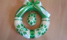 venček Quilted Ornaments, Ribbon Art, Easter Eggs, Christmas Bulbs, Wreaths, Holiday Decor, Decorations, Scrappy Quilts, Ribbon Flower Tutorial