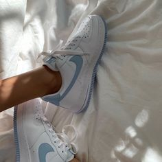 cute aesthetic shoes - Nike Air Force Source by juliaashlz air force aesthetic Tenis Nike Air, Nike Air Shoes, Nike Shoes Outfits, Souliers Nike, Moda Sneakers, White Sneakers Nike, Aesthetic Shoes, Aesthetic Boy, Aesthetic Vintage