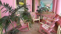 Detalle terraza Vinales, Outdoor Chairs, Outdoor Furniture, Outdoor Decor, Cuba, Plants, Home Decor, Bus Station, Cozy