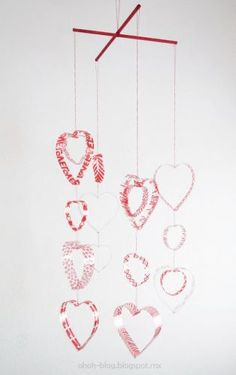 Have fun making a Valentine's day heart decor. Easy craft made with recycled plastic bottles, perfect to craft with kids. Heart Decorations, Valentines Day Decorations, Valentines Diy, Shabby Chic Hearts, Recycling, Burlap Ribbon, Recycle Plastic Bottles, Recycled Bottles, Paper Hearts