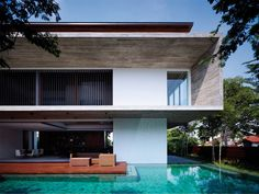 Cette résidence moderne offre un parfait équilibre entre les besoins d'une famille et la conservation d'espaces personnels. Malgré de nombreuses chambres, les parties communes restent spacieuses, ouvertes sur l'extérieur et bénéficient d'une lumière traversante.