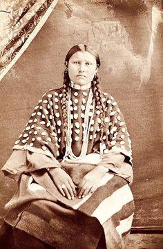 O-o-be (Kiowa) girl elk teeth dress Native American Beauty, Native American Photos, American Indian Art, Native American Tribes, Native American History, Native Americans, Native Indian, Native Art, Women In History