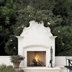 Clean and beautiful outdoor fireplace (via fergusonshamamia)