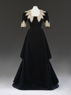 c. 1909 silk velvet Evening dress | John Redfern, London, England | V&A .  Possibly made for fancy dress.