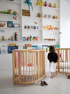 De to identiske senge fra Stokke er lette i designet og rulles nemt ind til siden, og det giver mere gulvplads at lege på. Reolen er ikke så dyb, da der bag væggen er en skorsten. De smalle hylder fungerer som et smukt galleri for legetøjet.