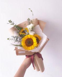 Flowers bouquet diy single Ideas for 2019 Boquette Flowers, Flower Bouquet Diy, Sunflowers And Roses, Sunflower Bouquets, How To Wrap Flowers, How To Preserve Flowers, Floral Bouquets, Flower Vases, Dried Flowers