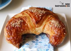 Croissants, perfect for breakfast. Croissants, Donuts, Croissant Recipe, Bread And Pastries, Empanadas, Bagel, Cooking Tips, French Toast, Recipies