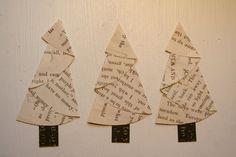 ¡Muy vintage Navidad!  Este árbol de Navidad de papel baker de docena (13) está fabricadas desde las páginas de varios tipos de libros antiguos y vintage. Algunas páginas de libros infantiles vintage tienen marcas de los estudiantes que usaban. Los troncos están hechos de retazos de cartulina.  Utilice estos árboles adorables como adorno del álbum de Bloc de notas o como adornos. También podría cadena juntos para hacer una guirnalda.  Otros elementos que se muestra en las fotos son de…