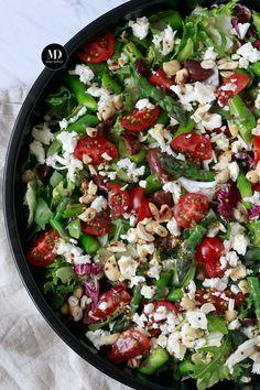 Sałatka ze szparagami, czarnymi oliwkami, orzechami nerkowca i serem feta Cobb Salad, Salads, Appetizers, Feta, Lunch, Asparagus Salad, Grill, Appetizer, Eat Lunch