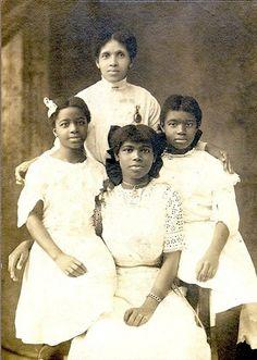 Neri dell'epoca vittoriana. In posa di bianco vestite, mamma e figlie.