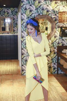 e742c6bb Mejor look invitada boda mañana vestido amarillo complementos azul klein  tocado